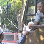Semarak Ramadhan, Ilkom UNU Blitar Bagi Takjil Gratis ke Pengendara